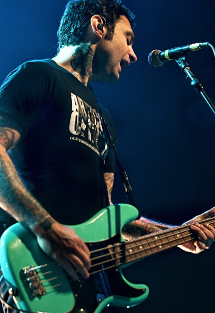 fotografii-Joe-Principe-bass-RiseAgainst-out-scene-Savior-2004