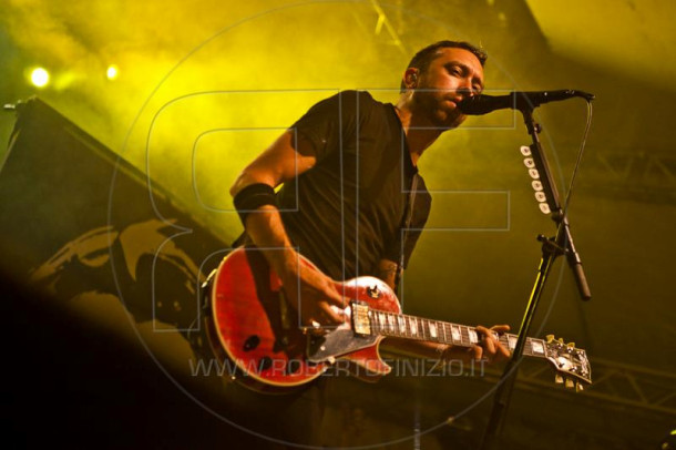 photograph-Tim-McIlrath-vocal-Rise-Against-behind-scene-Lanterns-2010