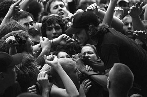 fotki-rannie-Joe-Principe-punk-gruppa-pre-Rise-Against-with-fans-2000
