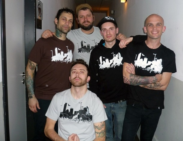 photo-punk-group-RiseAgainst-with-fans-2003