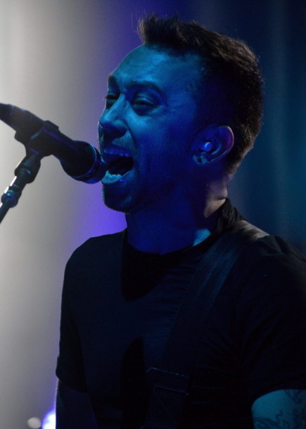 photo-Tim-McIlrath-hardcore-rock-RiseAgainst-Music-Hall-Lanterns-2012