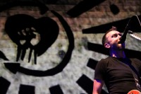 fotografii-Tim-McIlrath-hard-core-RiseAgainst-on-stage-Satellite-2012